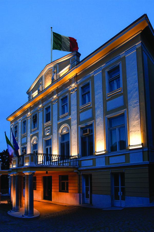 Đèn hắt mặt tiền – Xu thế chiếu sáng tòa nhà đơn giản mà hiệu quả