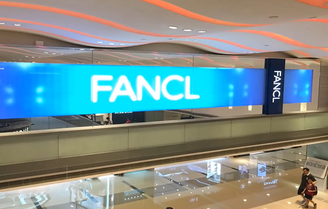 Poster điện tử led trong suốt trong trung tâm thương mại
