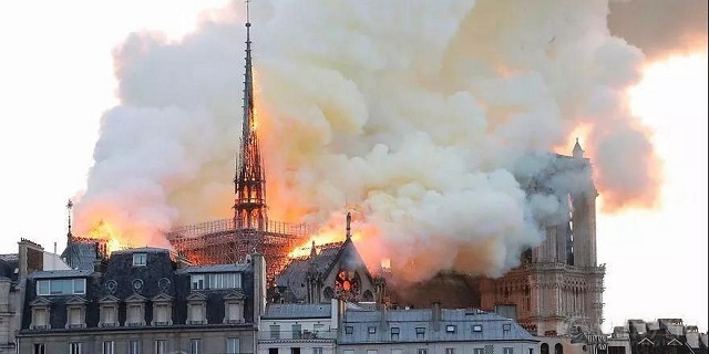 Nhà thờ Đức Bà - Paris bị lửa thiêu rụi